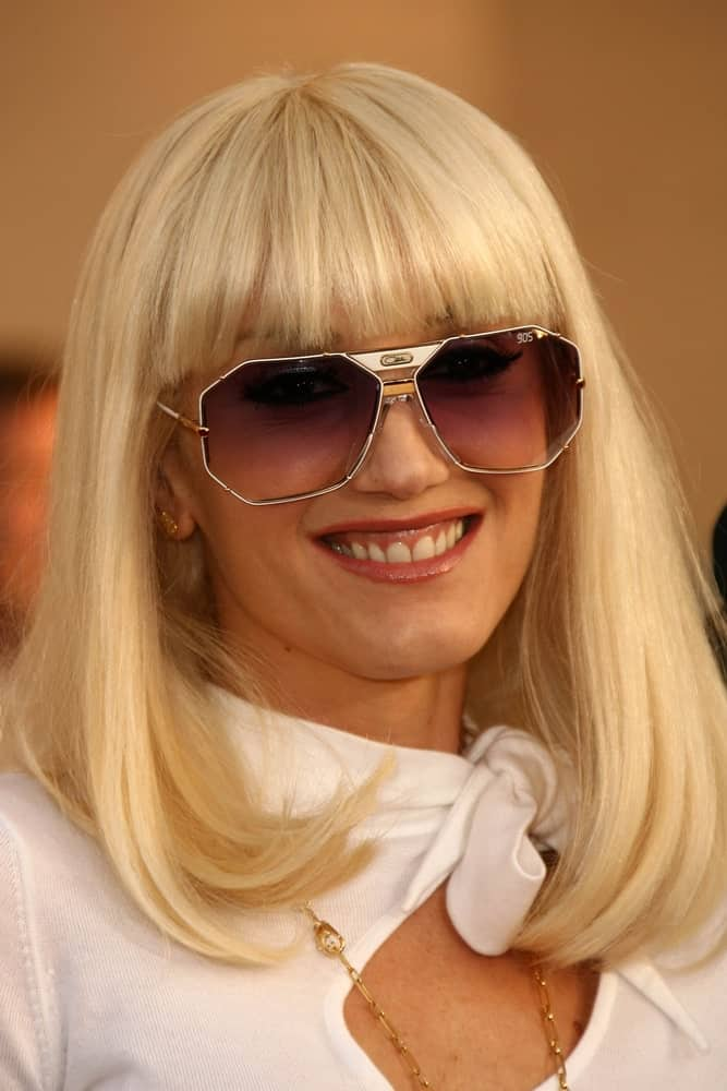 Gwen Stefani went with blunt curtain bangs with her long blond bob hairstyle at the 34th Annual American Music Awards at Shrine Auditorium last November 21, 2006, in Los Angeles, CA.