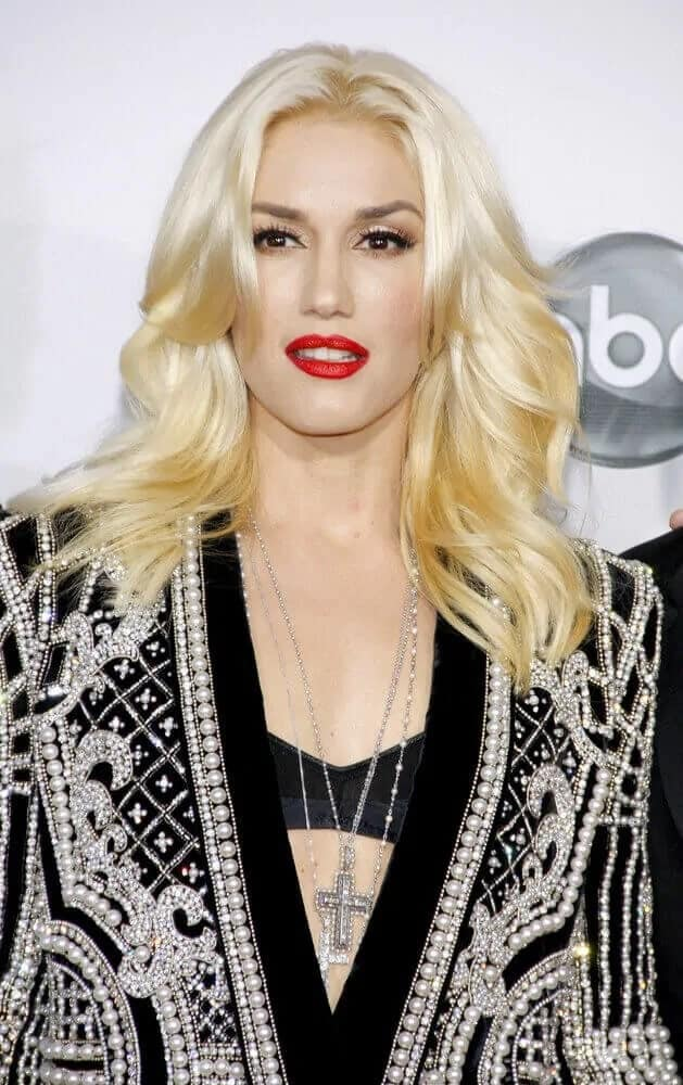 During the 2012 American Music Awards, Gwen Stefani paired her gorgeous pearled outfit with her loose layered hair that has subtle waves.