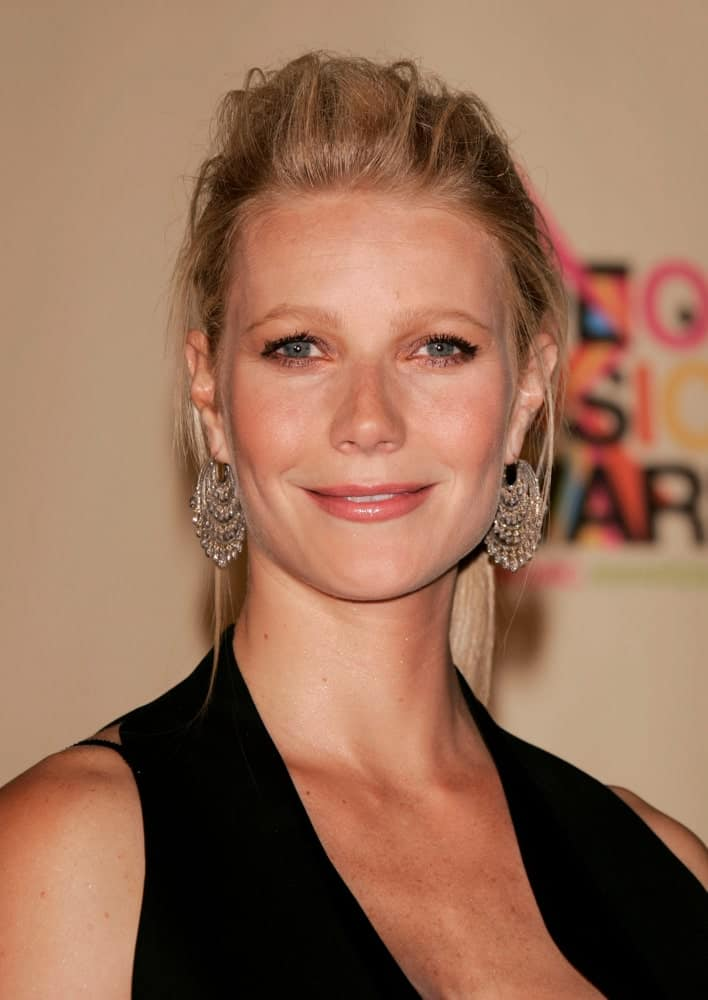 Gwyneth Paltrow in the press room at the MTV Video Music Awards on August 29, 2004 rocking a stylish pompadour ponytail with loose tendrils.