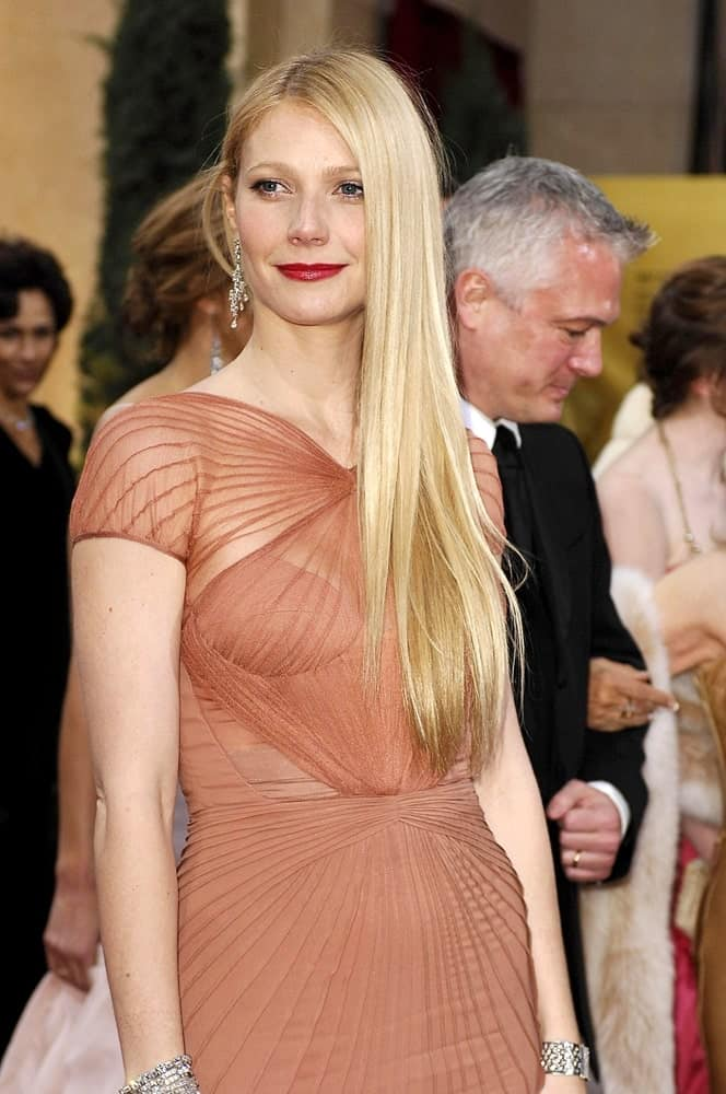 During the OSCARS 79th Annual Academy Awards on February 25, 2007, Gwyneth Paltrow flaunted her long blonde straight hair that she gathered on one side.