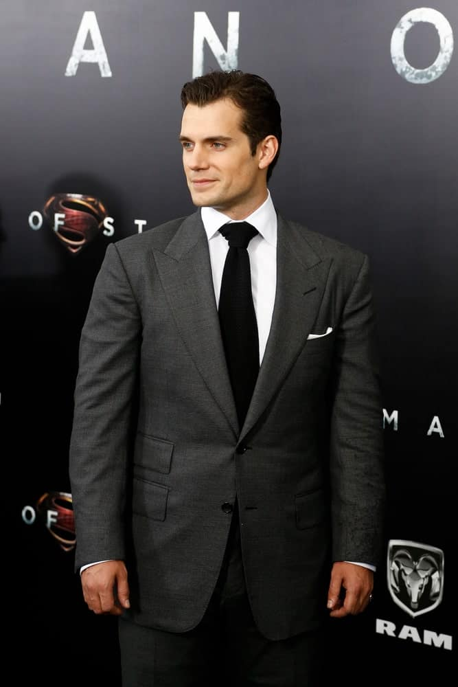 The Superman star looking all gorgeous and classy sporting a neat side-swept which is a perfect match in his gray suit. This look was worn at the world premiere of