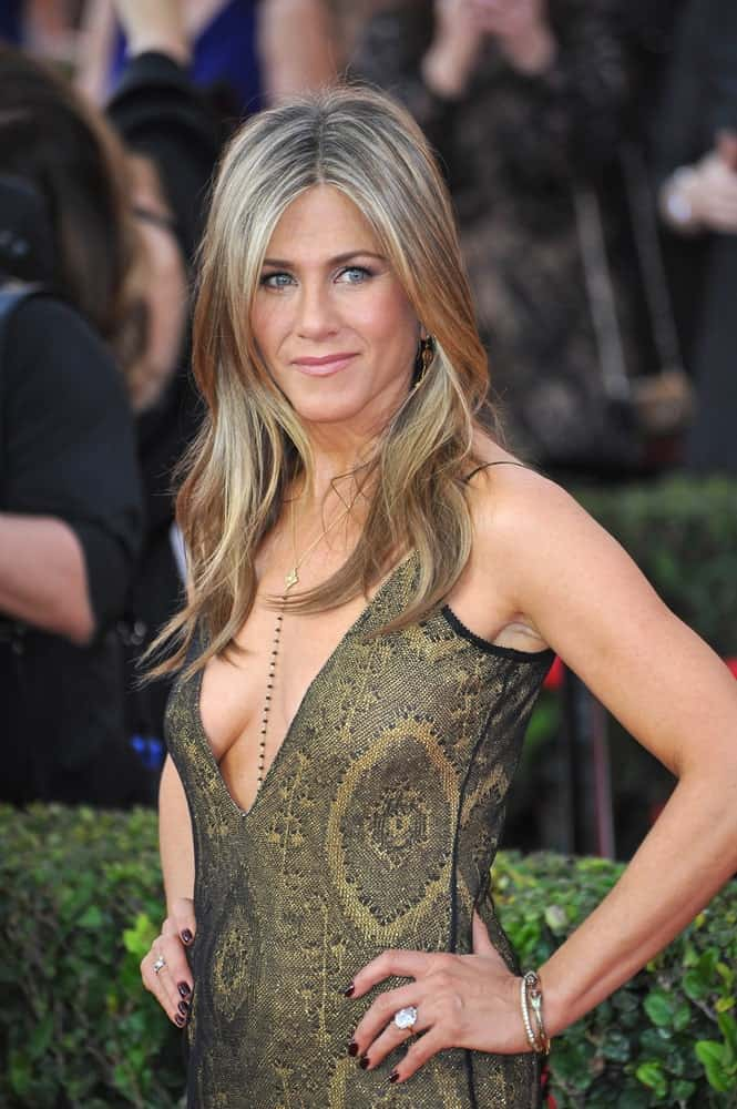 Jennifer Aniston flaunted her blonde highlighted waves with middle parting at the 2015 Screen Actors Guild Awards on January 25, 2015. She paired it with a deep V neck printed dress completing the sultry look.