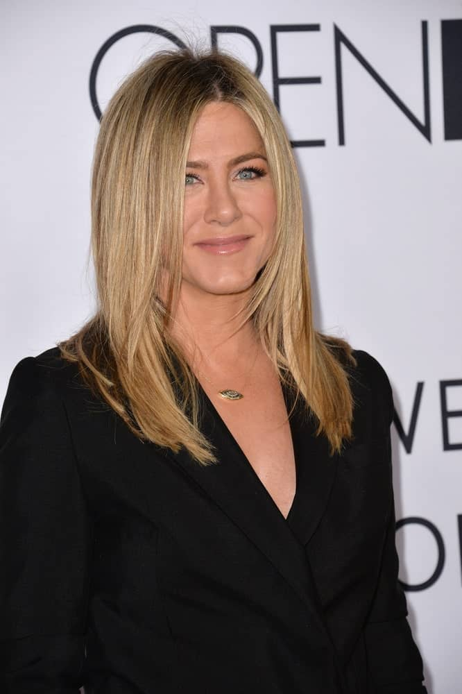 "Jennifer Aniston looking fabulous with her loose straight blonde hair at the world premiere of ""Mother's Day"" 2016. A natural style that matches her simple black dress."