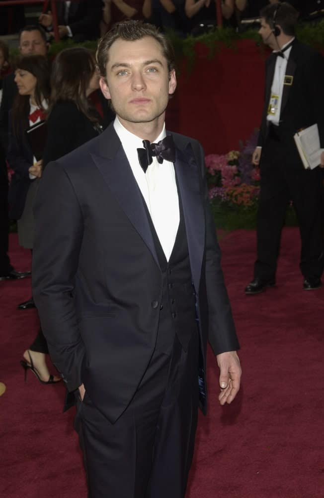 Jude Law sported a classy three-piece suit to pair with his dark brown hair slicked back pompadour for a vintage look at the 76th Annual Academy Awards in Hollywood last February 29, 2004.