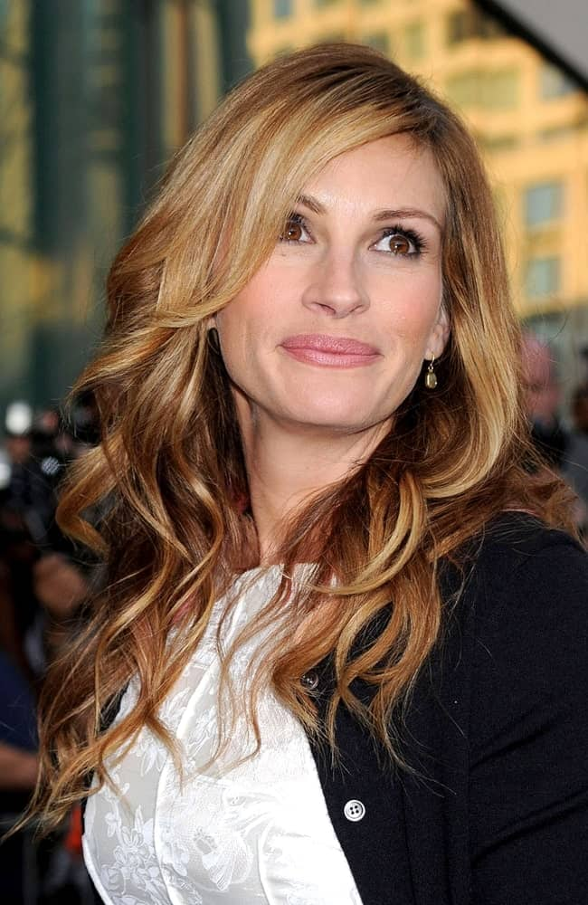 Julia Roberts flaunted her highlighted blonde hair arranged in stylish curls at The Film Society of Lincoln Center's 36th Gala held on April 27, 2009.