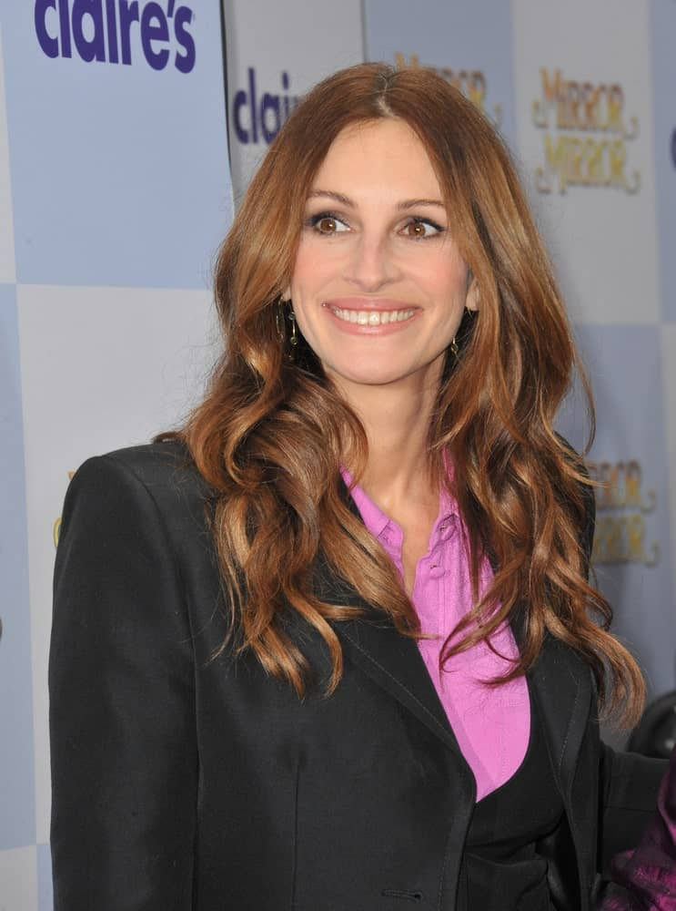 "Hollywood star Julia Roberts flaunted her long layered wavy locks with middle parting at the world premiere of her new movie ""Mirror Mirror"" held on March 17, 2012."