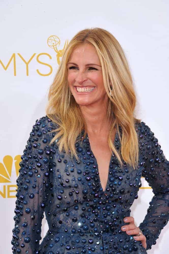Julia Roberts flaunted her effortlessly chic loose sandy medium waves with a center part at the 66th Primetime Emmy Awards on August 25, 2014.