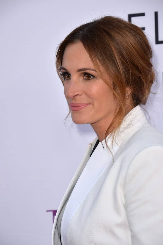 """Julia Roberts made an appearance at the world premiere of """"Mother's Day"""" last April 13, 2016 with a messy upstyle incorporated with wavy tendrils."""