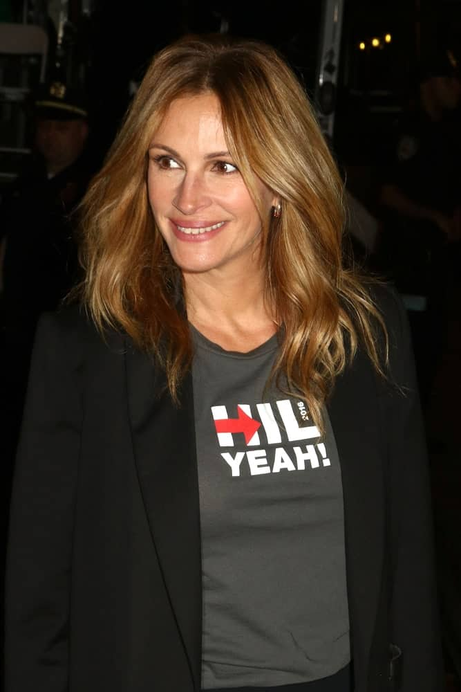 Julia Roberts was spotted at the Hillary Clinton benefit event on October 17, 2016, with her medium-length tresses styled in loose, layered waves.