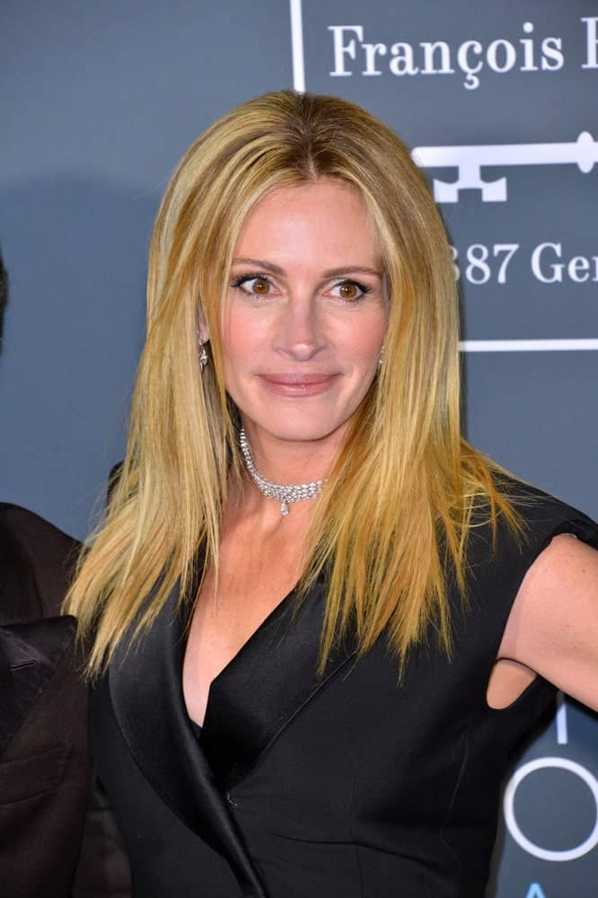 Hollywood star Julia Roberts attended the 24th Annual Critics' Choice Awards in Santa Monica on January 13, 2019, with a straight golden blonde hair beautifully contrasted with her black silk dress.