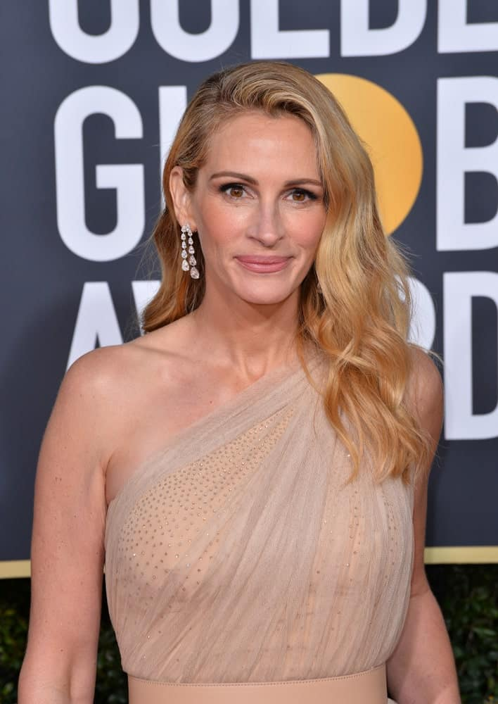 Julia Roberts was a goddess at the 2019 Golden Globe Awards at the Beverly Hilton Hotel on January 6th showcasing his side-parted tresses with some highlights and waves.