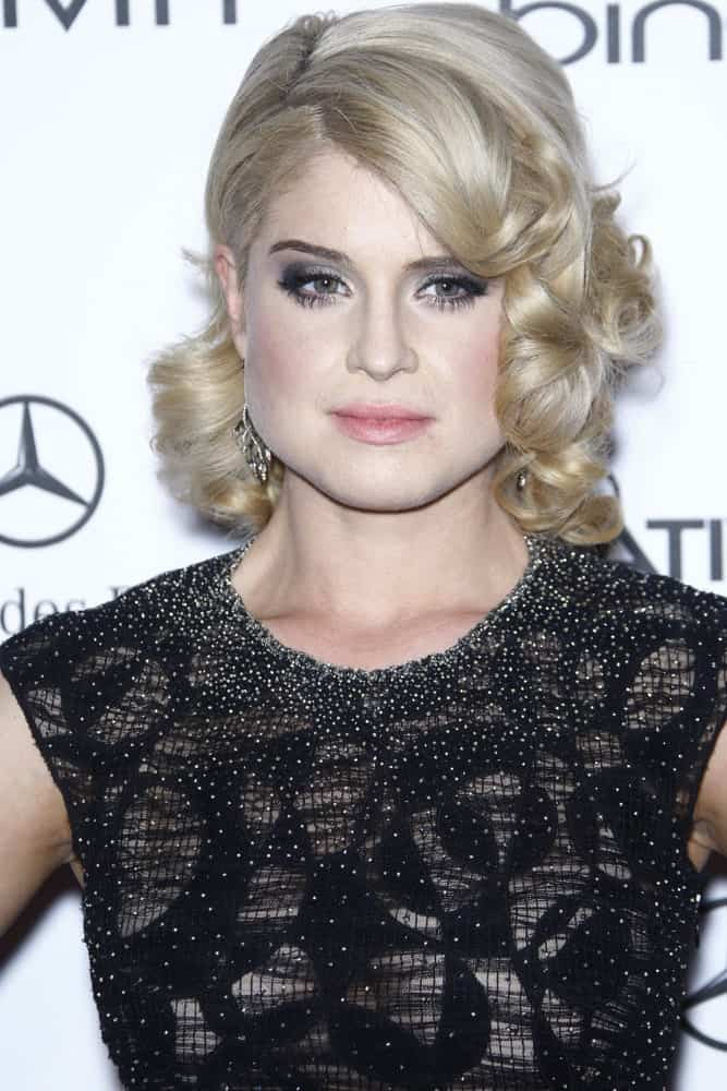 A fabulous Kelly Osbourne with her blonde wavy hairstyle and black dress, arriving at the Art Of Elysium 'Heaven' Gala on January 15, 2011.