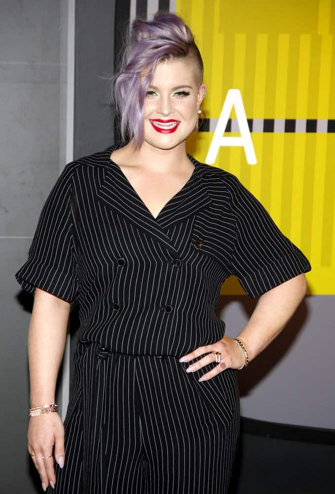 Kelly Osbourne at the 2015 MTV Video Music Awards, August 30, 2015, looking so gorgeous with the iconic purple hair and black outfit combination.