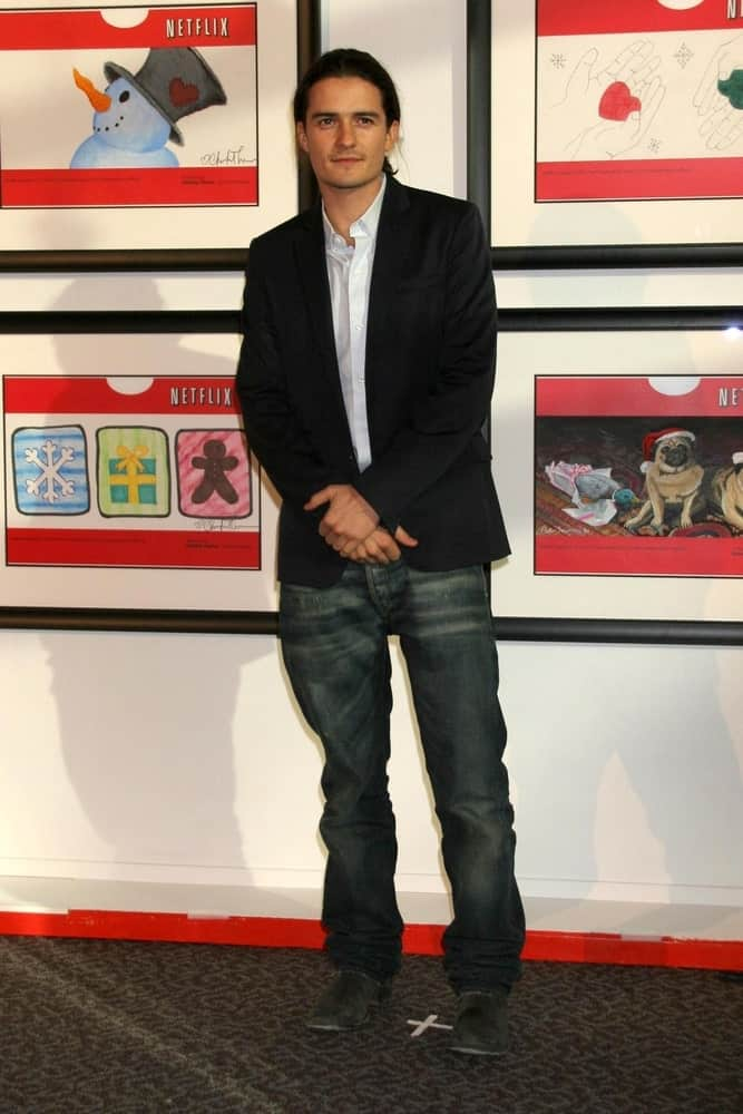 Orlando Bloom was at the unveiling of the special edition red envelopes by Netflix and Martin Scorsese's Film Foundation on December 4, 2006. He came with a simple yet dashing casual outfit to go with his low ponytail hairstyle.