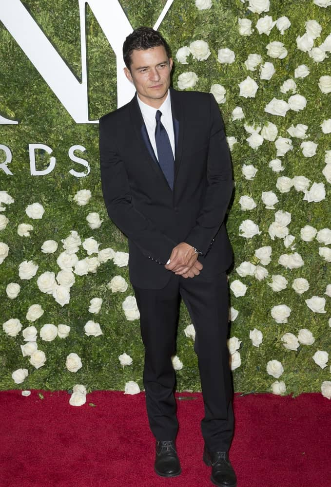 Orlando Bloom's short curly hair was perfectly styled into a gorgeous pompadour fade look when he attended the 2017 Tony Awards held at the Radio City Music Hall.