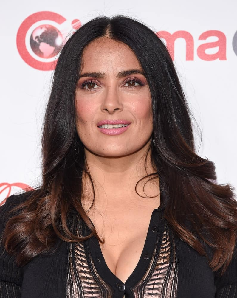 Salma Hayek had long wavy hair that is loose and tousled with highlights when she arrived for the CinemaCon 2017-Awards Presentation last March 30, 2017, in Las Vegas.