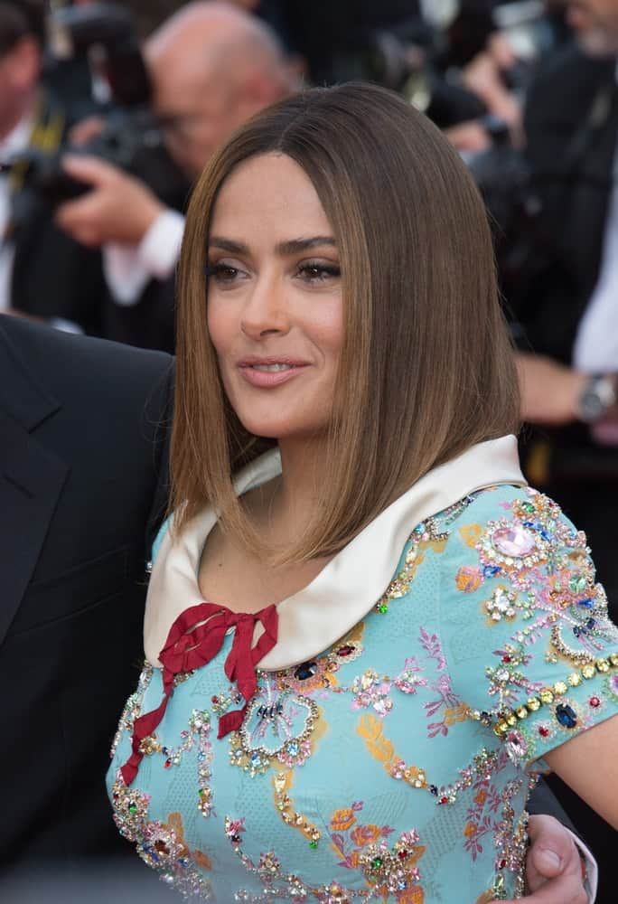 Last May 23, 2017, Salma Hayek was at the 70th Anniversary Gala for the Festival de Cannes. She was sporting a long bob hairstyle that is elevated by the highlights and her bright dress.