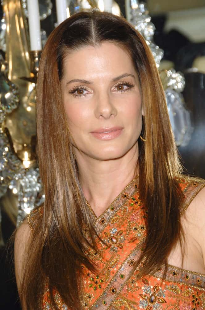 Sandra Bullock wore a casual straight layered hairstyle with lovely highlights that go well with her patterned dress at the 9th Annual Costume Designers Guild Awards Gala last February 18, 2007, in Beverly Hills, CA.