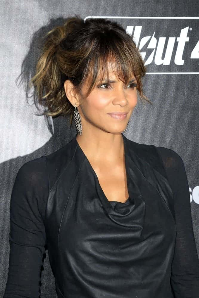 Halle Berry dressed in an all-black casual outfit to go with her messy high ponytail with highlights that totally complemented her beautiful face at the Fallout 4 2015 game launch.