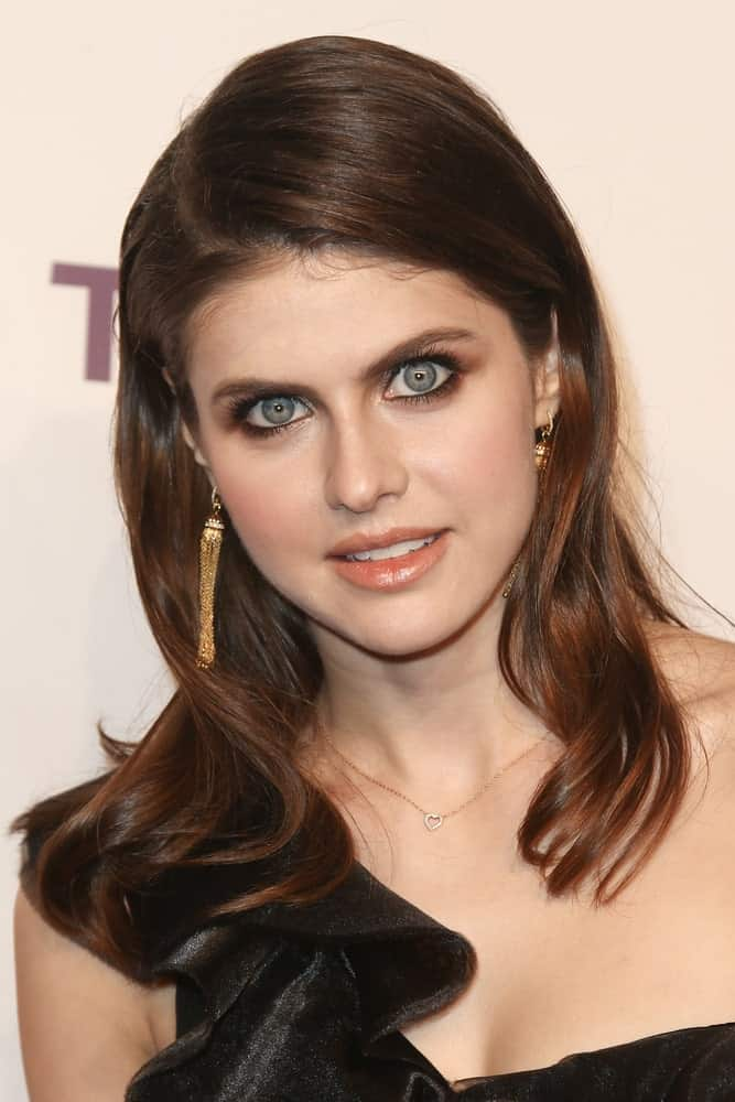 Alexandra Daddario left her wavy hair loose and add some texture into it with a deep side parting as she attends the 11th Annual DKMS 'Big Love' Gala on April 27, 2017.