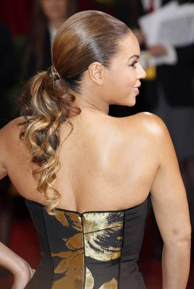 Beyonce shows off her low curly ponytail hairstyle that's accentuated with blonde highlights at the 81st Annual Academy Awards – Oscar Arrivals in Los Angeles, California on February 22, 2009.