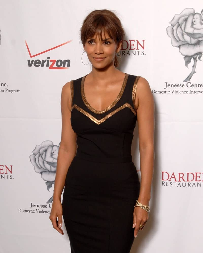 Halle Berry kept simple with her classy black dress and low ponytail hairstyle that has blunt eye-skimmer bangs at the 2007 Jenesse Center Domestic Violence Intervention Program.