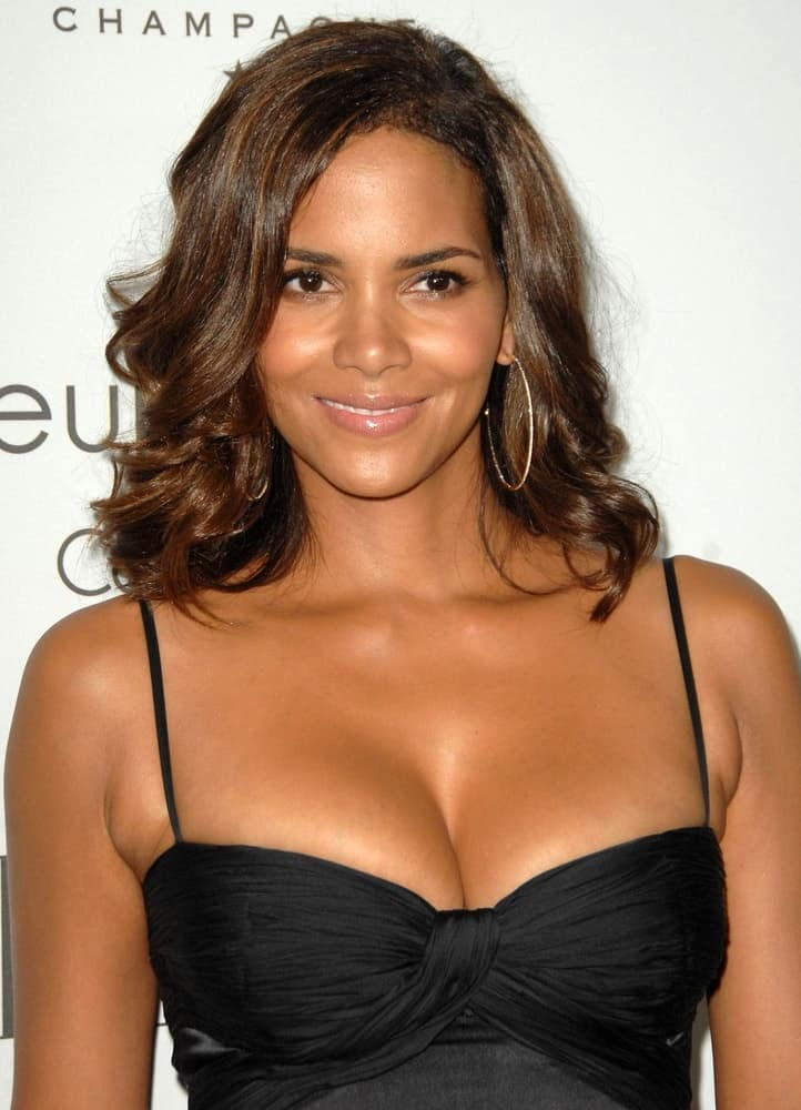 Halle Berry flaunted her natural beauty with her simple black dress and side-swept shoulder-length hairstyle with highlights and waves at 15TH Annual ELLE Women in Hollywood event, The Four Seasons Beverly Hills in Los Angeles, CA on October 06, 2008.
