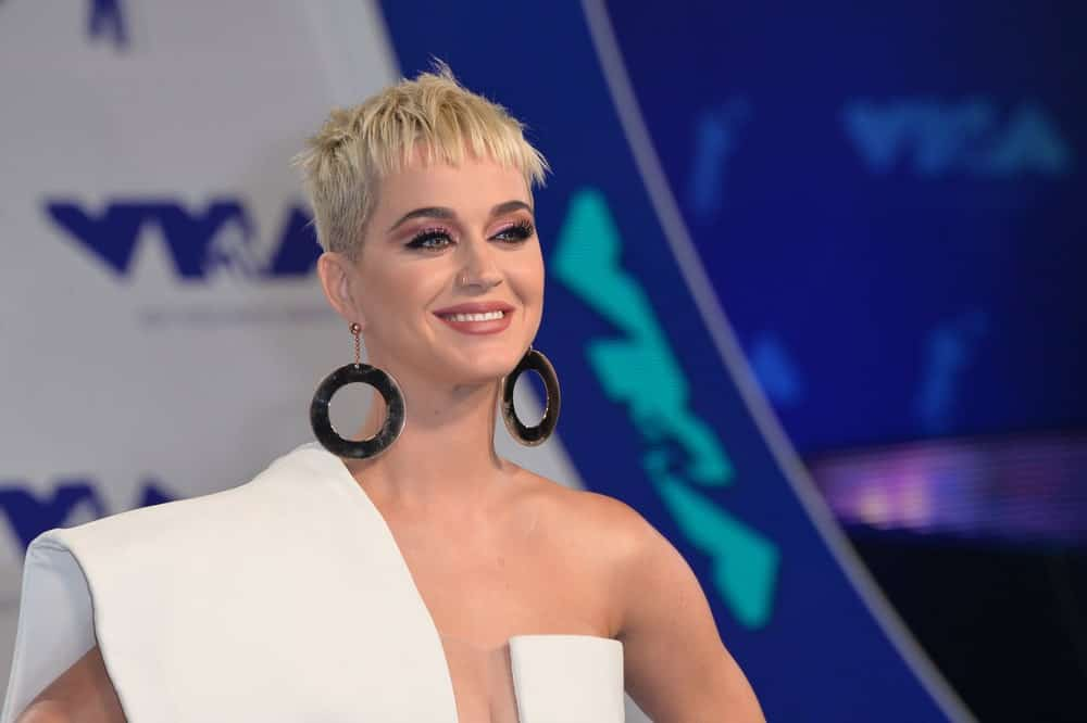 """Katy Perry looked sleek in a blonde pixie with short blunt bangs during the 2017 MTV Video Music Awards at The """"Fabulous"""" Forum held on August 27, 2017."""