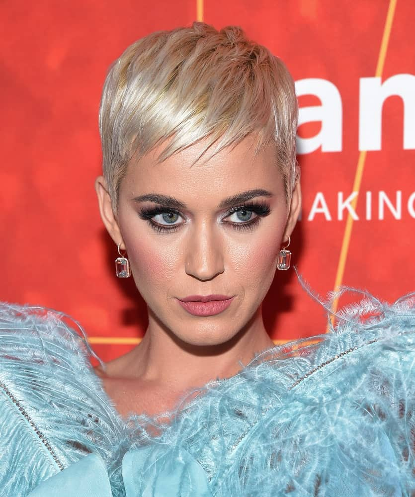 On October 18, 2018, Katy Perry attended the amFar Gala Los Angeles in Hollywood, CA sporting a sleek pixie cut with short side-swept bangs.