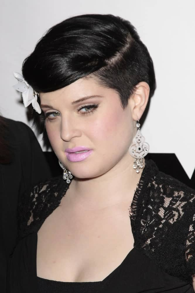 On January 13 in 2009, Kelly Osbourne was seen back to her black hair, but this time she added a bold vibe to her style.