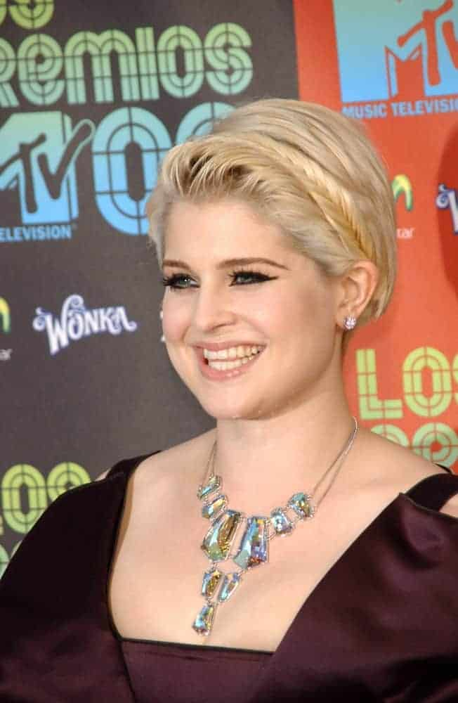 Kelly Osbourne rocking a short side-swept blonde hairstyle with braids at the Los Premios MTV 2009, 15th of October.