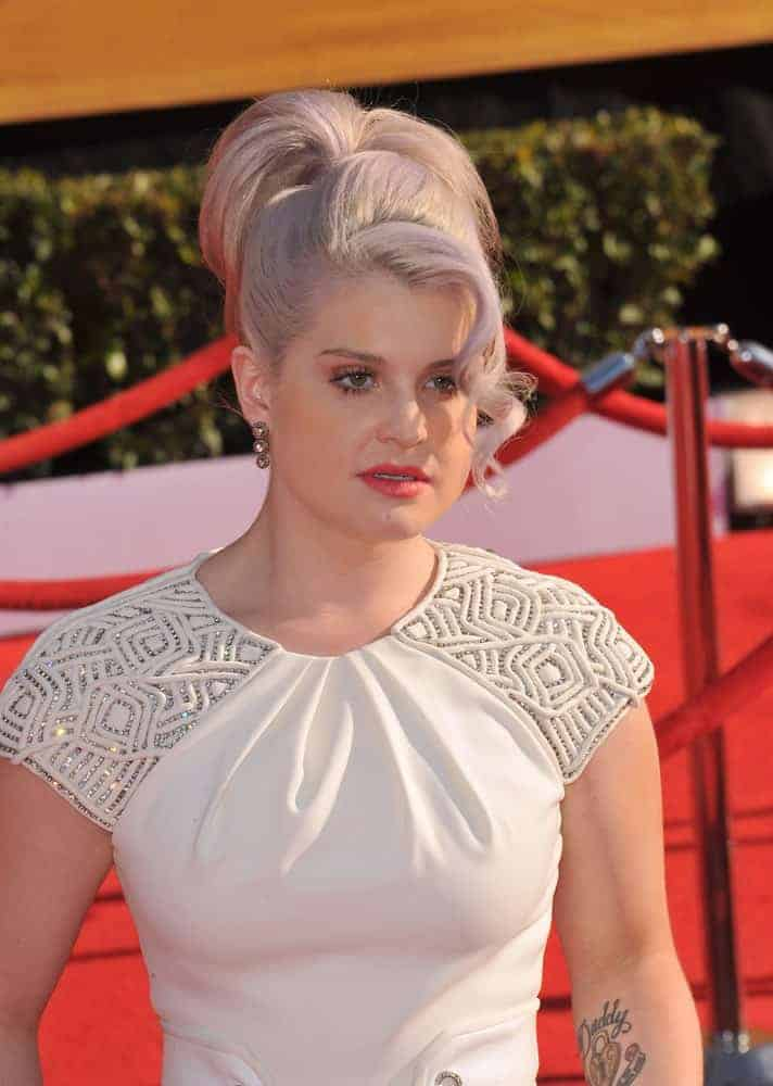 Kelly Osbourne with her silver hair and gorgeous white dress, photo taken on January 29, 2012 at the 17th Annual Screen Actors Guild Awards.