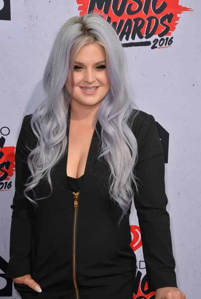 Kelly Osbourne at the iHeartRadio Music Awards on April 3, 2016 as TV presenter, boasting a long silver hair.