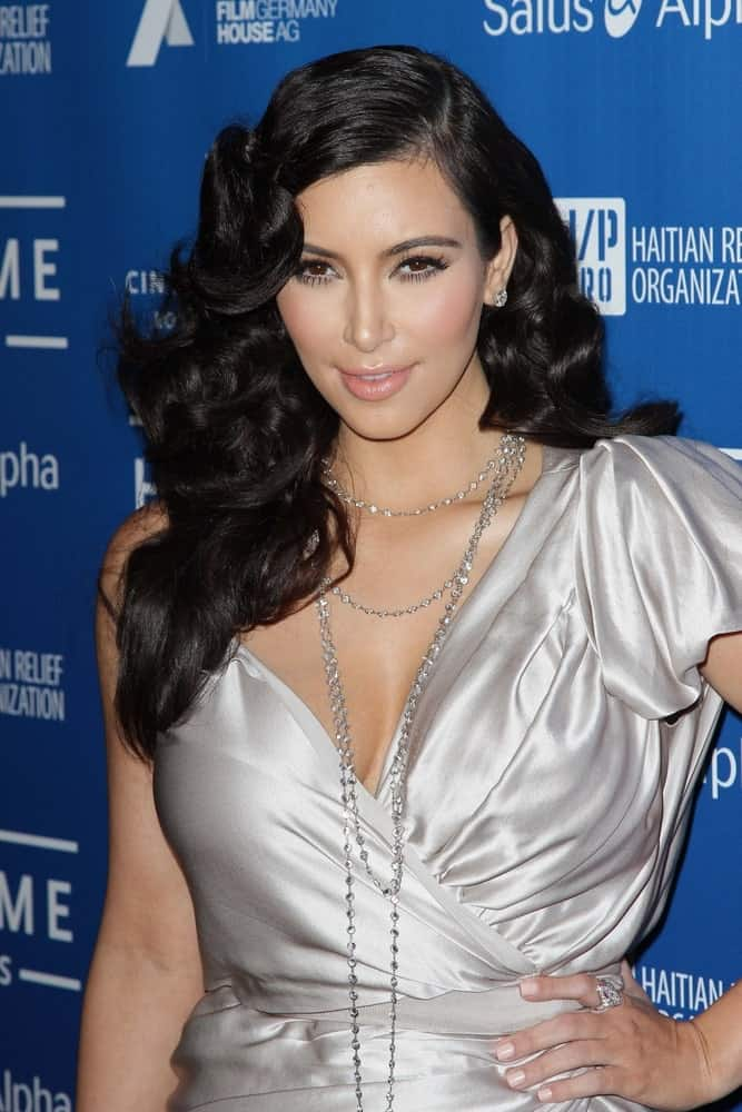 Kim Kardashian was seen at the Cinema For Peace Fundraiser For Haiti, Montage, Beverly Hills last January 14, 2012, sporting her voluminous side-part curls that are complemented with a satin dress and layered necklace.