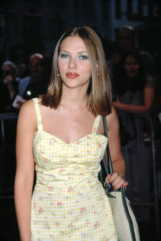 Scarlett Johansson wore a simple floral dress with her straight medium-length bob hairstyle with highlights at the premiere of LISA PICARD IS FAMOUS on August 15, 2001, in New York City.
