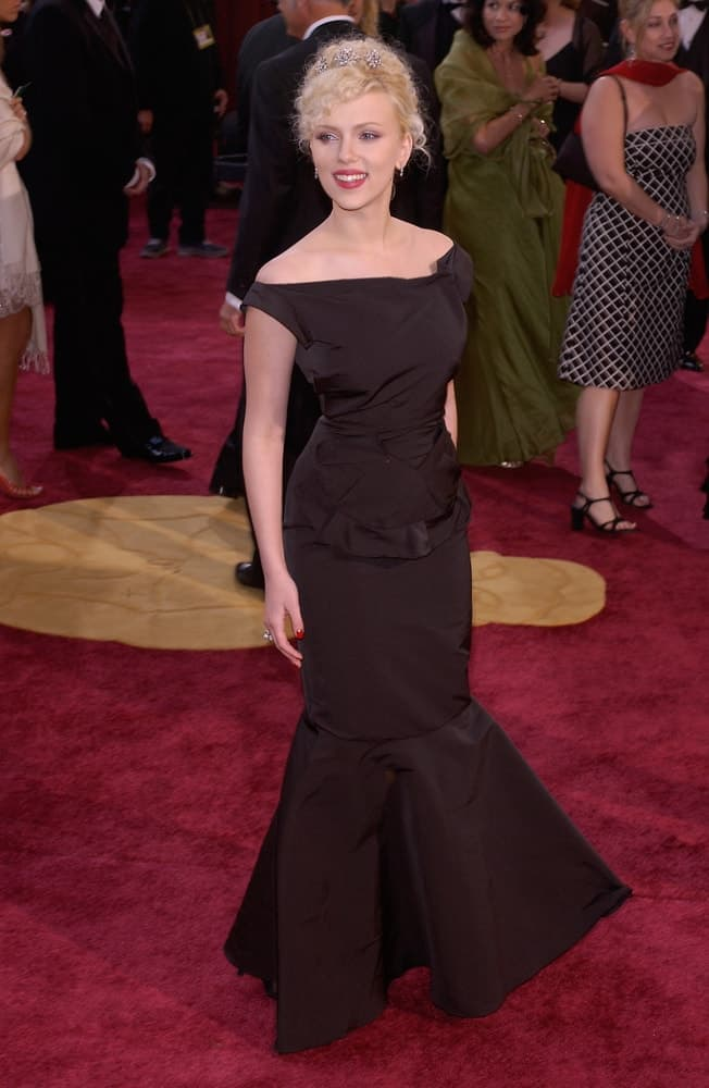 Scarlett Johansson paired her elegant black long dress with a gorgeous curly upstyle with floral pins at the 77th Annual Academy Awards at the Kodak Theatre in Hollywood, CA on February 27, 2005.