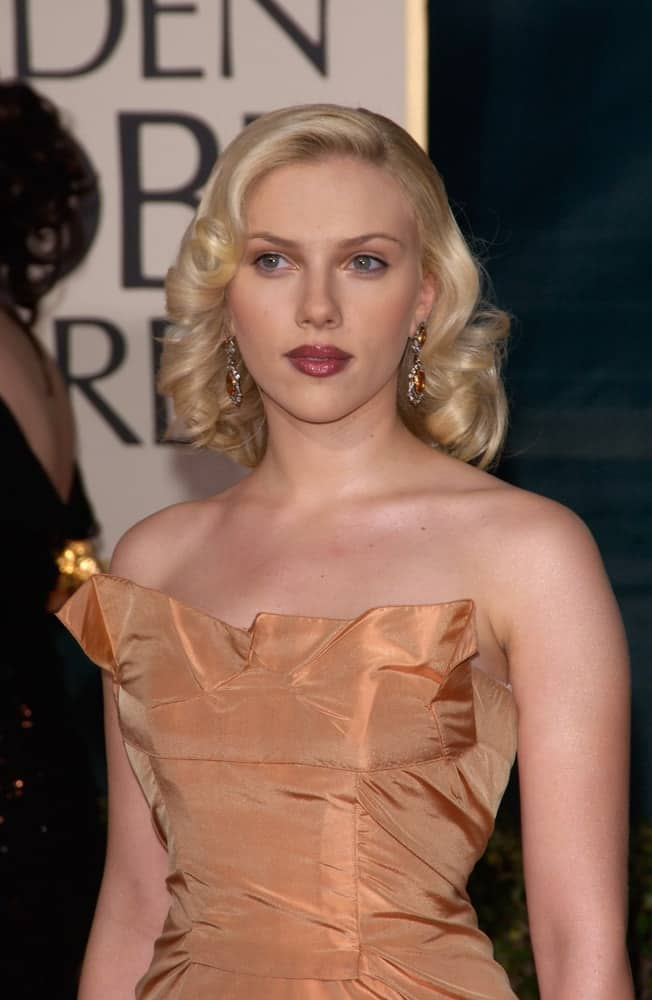 On January 16, 2005, Scarlett Johansson sported a vintage look with her golden dress and a side-swept hairstyle with curls at the tips at the 62nd Annual Golden Globe Awards at the Beverly Hilton Hotel.