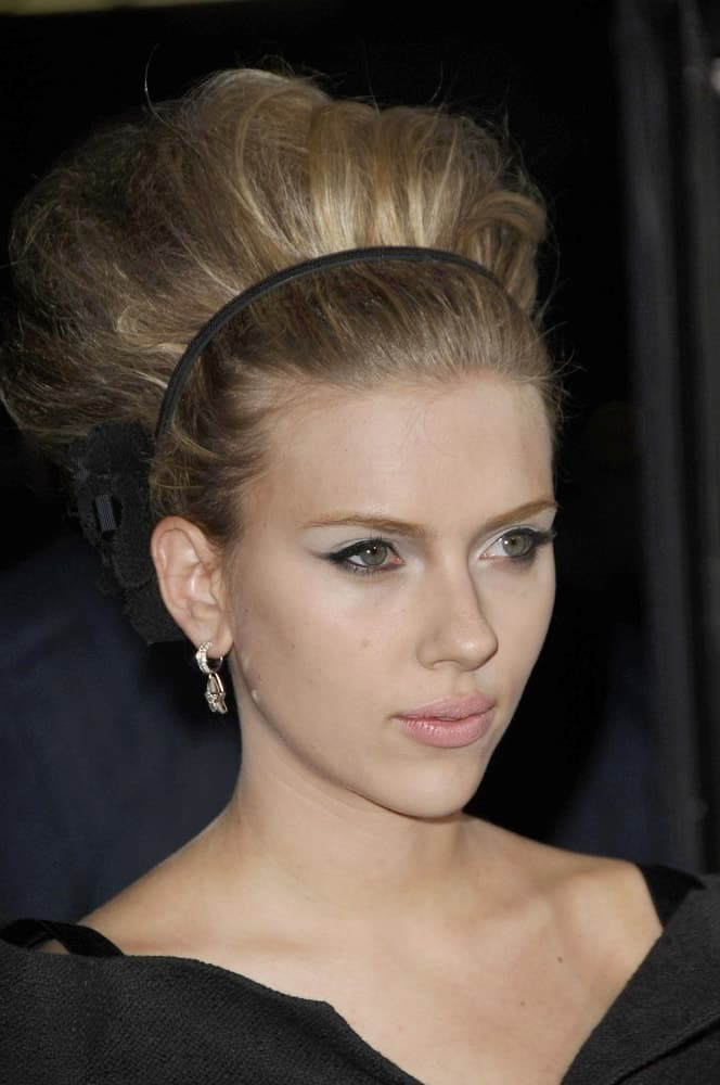 Scarlett Johansson wowed everyone with her lovely dress and amazing beehive bun hairstyle with a floral headband at The Black Dahlia premiere, Academy of Motion Picture Arts and Sciences in Beverly Hills, CA on September 06, 2006.