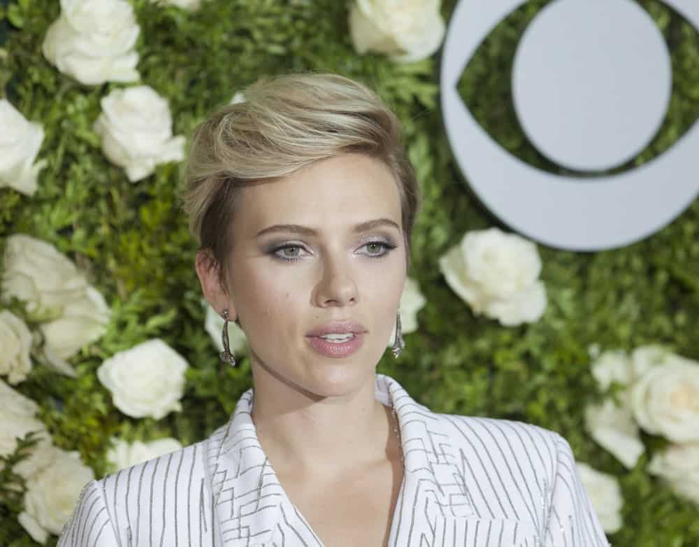 On June 11, 2017, Scarlett Johansson wore a Michael Kors Collection outfit when she attended the Tony awards 2017 at Radio City Music Hall. She paired this with simple make-up and side-swept and highlighted upstyle.