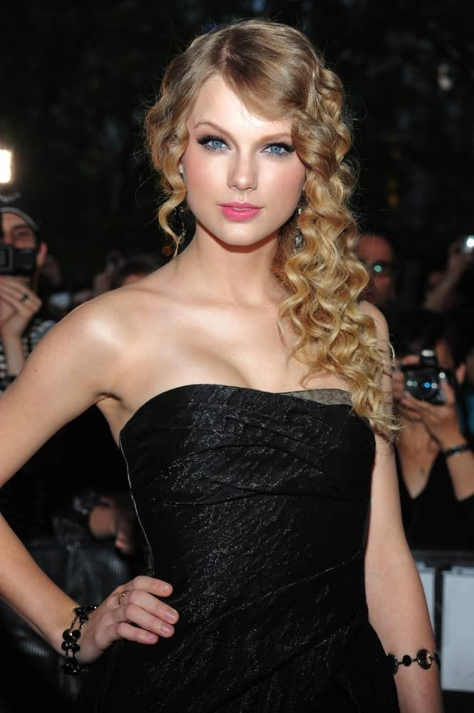 The singer overflowed with posh and class during the TIME 100 Most Influential People in the World Annual Gala held on May 4, 2010. She wore a black tube dress paired with her long blonde curls.
