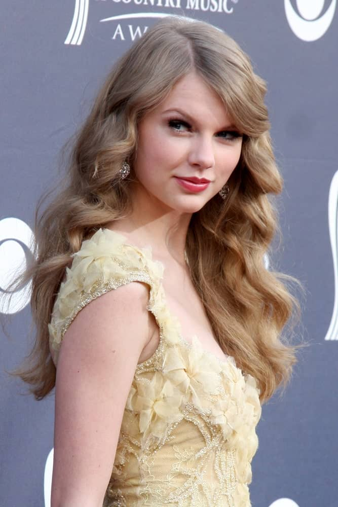 On April 3, 2011, Taylor Swift attended the Academy of Country Music Awards 2011 at MGM Grand Garden Arena with her tousled long blonde hair defined with big curls.
