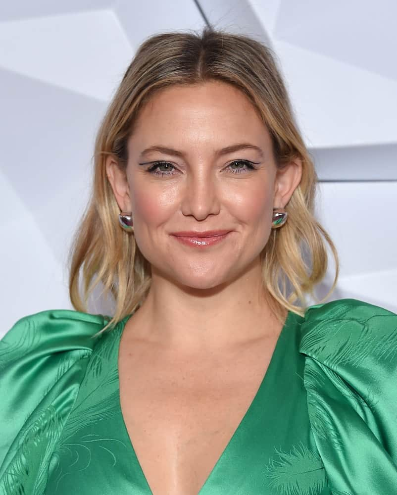 Kate Hudson was at the 2nd Annual Girl Up #GirlHero Awards on October 13, 2019, in Beverly Hills, CA. She came wearing an elegant green dress with subtle patterns paired with a wavy sandy blond hairstyle that has an irregular length.