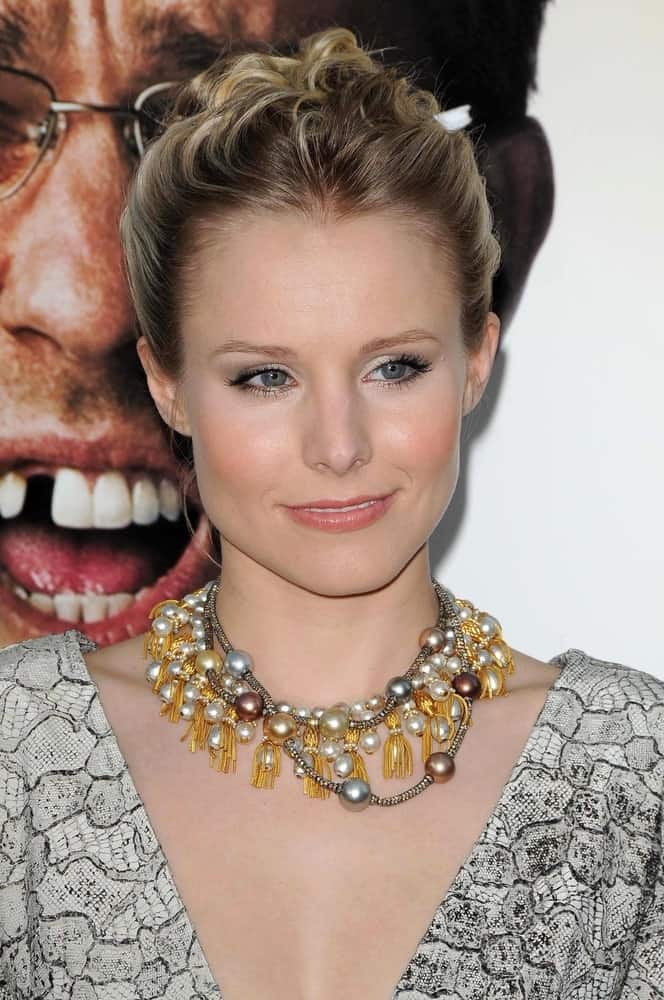 On June 2, 2009, Kristen Bell attended the Los Angeles Premiere of 'The Hangover' at Grauman's Chinese Theatre wearing a sleek highlighted upstyle that's emphasized by her statement necklace.