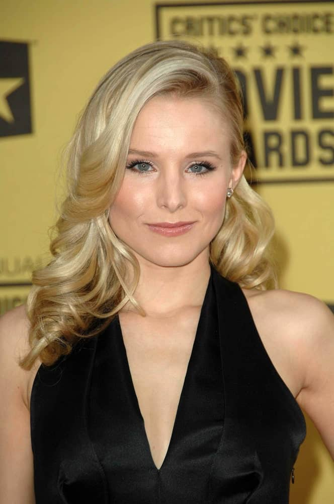 Kristen Bell styled her mid-length regal waves in a side-swept hairdo during the 15th Annual Critic's Choice Awards at Hollywood Palladium on January 15, 2010.
