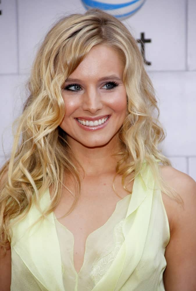 "On June 2, 2012, Kristen Bell attended the Spike TV's 6th Annual ""Guys Choice"" Awards held at the Sony Studios in Los Angeles wearing a gorgeous yellow dress that complements her tousled side-parted curls."