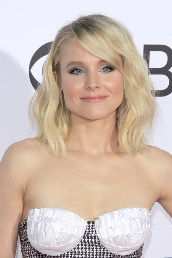 Kristen Bell looking as lovely as ever in a patterned bodice dress along with a beachy wave hairstyle that she wore at the People's Choice Awards 2017 last January 18th.