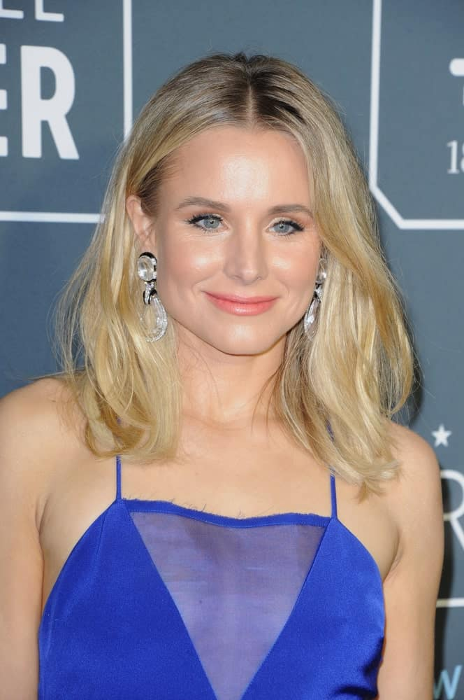 On January 13, 2019, Kristen Bell flaunted her mid-length loose waves at the 24th Annual Critics' Choice Awards held at the Barker Hangar in Santa Monica, USA. Royal blue dress and silver dangling earrings completed the gorgeous look.