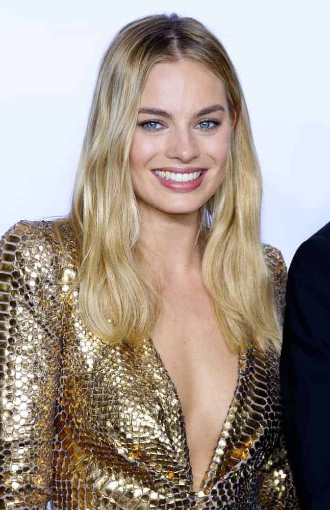 Margot Robbie opted for a simple center-parted loose hairstyle to match her daring long gown at the 88th Annual Academy Awards held on February 28, 2016.