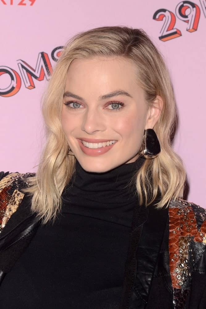 Margot Robbie styled her blonde shoulder-length hair with a side part and subtle waves during the 29Rooms West Coast Debut presented by Refinery29 at the ROW DTLA on December 6, 2017.