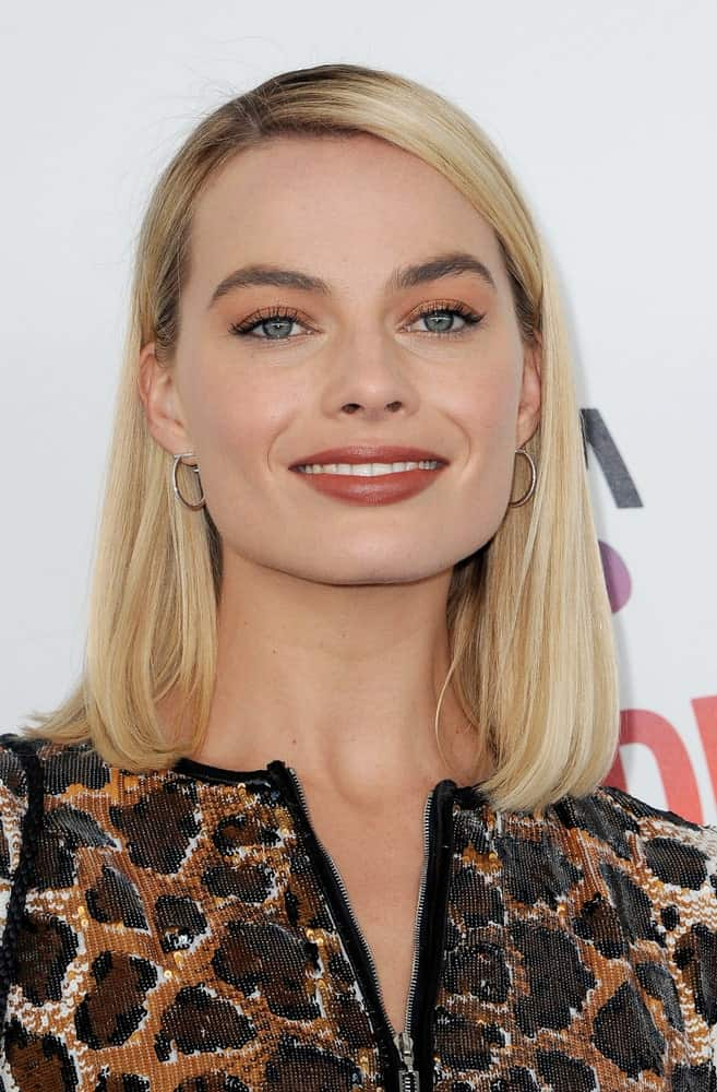 Margot Robbie went for a simple side-parted straight hairstyle at the 2018 Film Independent Spirit Awards held at Santa Monica Beach, USA on March 3, 2018.
